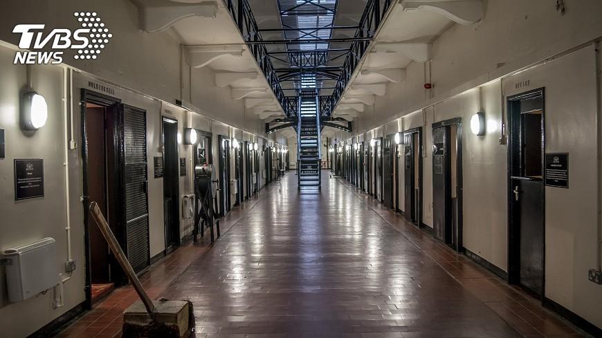 張男20年前行搶,竟在獄中巧遇被害人。示意圖/TVBS 20年前搶他8千現在成「獄友」男自首被判2年6個月
