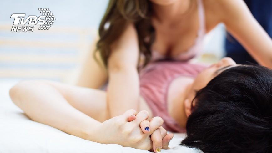 高中女和在男友家整夜溫存,事後擔心被母親罵告性侵。(示意圖/TVBS) 高中女在男友家「整晚溫存」 怕被媽罵告性侵